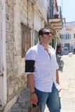 在希腊海岛的旅游漫步 免版税图库摄影