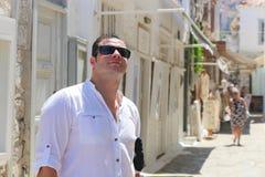 在希腊海岛的旅游漫步 库存图片