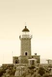 在希腊海岛的老灯塔 免版税库存图片