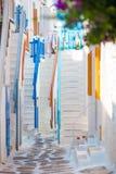 在希腊海岛老狭窄的街道上的五颜六色的台阶  美好建筑学修造外部与cycladic样式 免版税库存图片