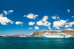 在希腊海岛附近的大巡航划线员 免版税库存照片