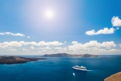 在希腊海岛附近的巡航划线员 免版税库存照片