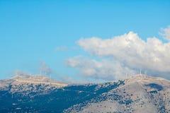 在希腊海岛Kefalonia山的风轮机  免版税库存图片