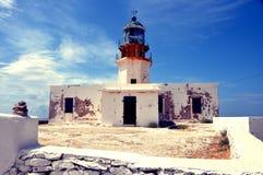 在希腊海岛mykonos的老离开的灯塔 库存图片