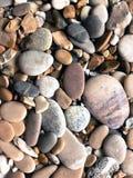 在希腊海滩的灰色,蓝色和米黄小卵石 免版税图库摄影