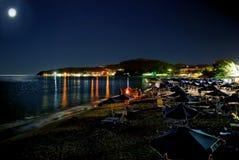 在希腊海滩的月亮夜 库存照片