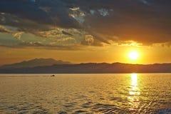 在希腊的日落,从轮渡的波浪,和 免版税库存照片