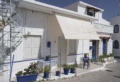 在希腊的街道上的夏天咖啡馆 图库摄影