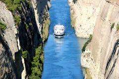 在希腊视图的科林斯湾渠道在爱琴海,当船通过渠道时 免版税图库摄影