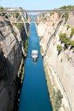 在希腊视图的科林斯湾渠道在爱琴海,当船通过渠道时 图库摄影