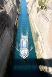 在希腊视图的科林斯湾渠道在爱琴海,当船通过渠道时 免版税库存照片