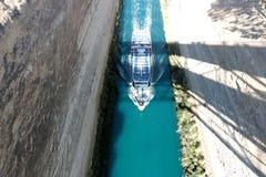 在希腊视图的科林斯湾渠道在爱琴海,当船通过渠道时 免版税库存图片