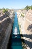 在希腊视图的科林斯湾渠道在爱琴海,当船通过渠道时 库存图片