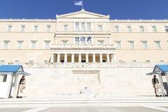 在希腊议会前面的卫兵,2014年5月 ?? 免版税库存图片