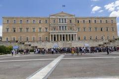 在希腊议会大厦前面的外国游人 免版税库存照片