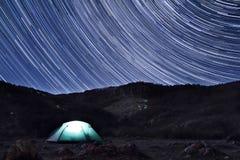 在帐篷上的满天星斗的天空 库存图片
