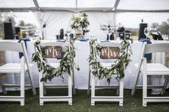 在帐篷下的婚礼桌,有先生和标志夫人的 免版税库存照片