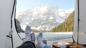 在帐篷和挥动他们的脚的年轻夫妇 股票视频