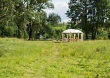 在帐篷和树下的室外招待会 免版税库存图片