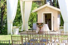 在帐篷和树下的室外招待会 图库摄影