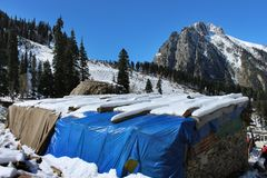 在帐篷屋顶的雪  山在克什米尔在印度 免版税库存图片
