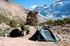 在帐篷旁边的人在山 图库摄影