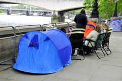 在帐篷的人睡眠 免版税库存照片