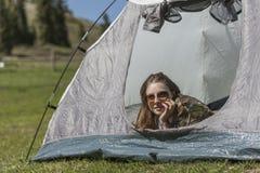 在帐篷的休息 免版税库存照片