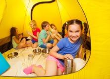在帐篷的六个儿童游戏 免版税库存照片