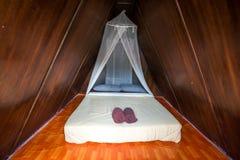 在帐篷里面的床有网的为防止蚊子作为一间卧室在乡下 库存照片
