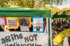在帐篷附有的一些讽刺画在抗议期间反对塔克西姆盖齐公园的爆破在伊斯坦布尔,土耳其 免版税图库摄影
