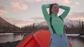 在帐篷附近的妇女在一个冬日 股票录像