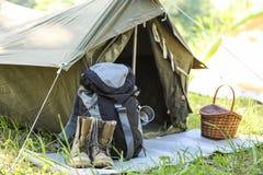 在帐篷附近的旅行的齿轮户外 免版税库存照片