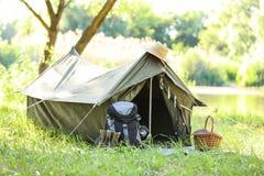 在帐篷附近的旅行的齿轮户外 库存图片