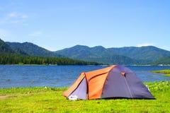在帐篷附近的湖 免版税库存照片