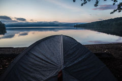 在帐篷飞行的雨珠 库存图片