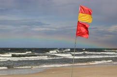 在帕兰加附近的安全游泳的区域旗子在立陶宛 图库摄影