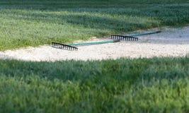 在帕尔马打高尔夫球在路边的沙子地堡在一个法院 免版税库存图片