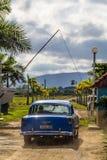 在帕尔马茜草属的老汽车,古巴 库存照片