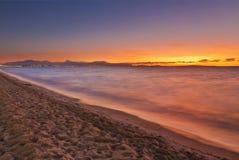 在帕尔马附近的阿雷纳尔海滩日落时间的 马略卡isl 免版税图库摄影