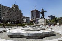在帕拉西奥de贝拉斯阿特斯, Avenida Juà ¡ rez, Centro Histà ³ rico,墨西哥城前面的喷泉 免版税图库摄影