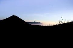 在帕潘达扬火山的剪影 免版税库存图片