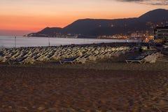 在帕特拉海滩的日落在阿拉尼亚 免版税库存照片