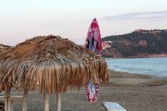 在帕特拉海滩的藤茎伞 阿拉尼亚, 库存图片