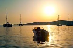 在帕罗斯岛停泊处的一个汽船在日落的希腊 库存照片