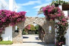 在帕罗斯岛希腊的旅馆入口 库存照片