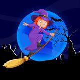 在帚柄的逗人喜爱的小的巫婆飞行 免版税库存照片