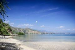在帝力附近的Areia branca热带海滩视图在东帝汶 免版税库存照片