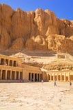 在帝王谷附近位于的女王Hatshepsut太平间寺庙 免版税图库摄影