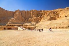 在帝王谷附近位于的女王Hatshepsut太平间寺庙 免版税库存照片